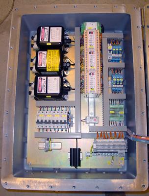 Binnenzicht van een control box ExdIIB met hoogspanningstransformator